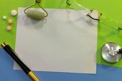 Draufsicht eines Schreibtisches mit verschiedenen Elementen von Medizin lizenzfreies stockbild