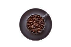Draufsicht eines schwarzen Cup mit Kaffeebohnen Lizenzfreies Stockfoto