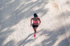 Draufsicht eines Sitzfrauenläufers lizenzfreie stockbilder
