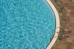 Draufsicht eines Swimmingpools Lizenzfreie Stockfotografie