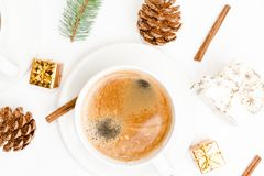 Draufsicht eines Tasse Kaffees, des Isolats auf Weiß mit Weihnachtsspielwaren, der Kiefernkegel, des Zimts und des Dekors des neu lizenzfreie stockfotografie