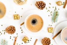 Draufsicht eines Tasse Kaffees, des Isolats auf Weiß mit Weihnachtsspielwaren, der Kiefernkegel, des Zimts und des Dekors des neu stockfoto