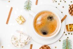 Draufsicht eines Tasse Kaffees, des Isolats auf Weiß mit Weihnachtsspielwaren, der Kiefernkegel, des Zimts und des Dekors des neu lizenzfreie stockfotos