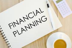 Draufsicht eines Tasse Kaffees, des Stiftes, des Taschenrechners und des Notizbuches geschrieben mit Finanzplanung auf hölzernen  lizenzfreies stockbild