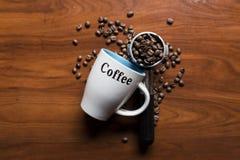 Draufsicht eines Tasse Kaffees mit Kaffeebohnen Stockbilder