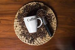 Draufsicht eines Tasse Kaffees mit Kaffeebohnen Stockfotos
