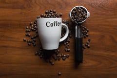 Draufsicht eines Tasse Kaffees mit Kaffeebohnen Stockfoto