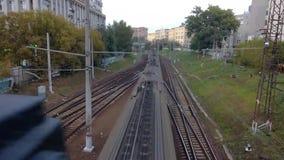 Draufsicht eines Zugs, der unter eine Überführung überschreitet stock video