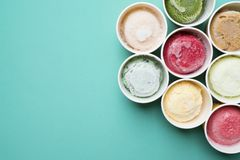 Draufsicht Eiscremearomen in der Schale lizenzfreies stockfoto