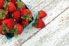 Draufsicht Erdbeeren in einem Grünbuchkarton auf weißem Holz lizenzfreie stockfotos