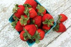 Draufsicht Erdbeeren in einem Grünbuchkarton auf weißem Holz stockfoto