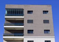 Draufsicht erntete Schuss des modernen Fassadengebäudedesigns Lizenzfreies Stockfoto