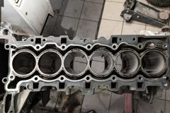 Draufsicht an Ersatz sechs cilinder Maschine benutzt auf einem Kran angebracht für Installation an einem Auto nach einem Zusammen lizenzfreies stockbild