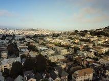 Draufsicht Eureka-Talnachbarschaft mit dem Sommer nebelig in San Fra stockfotografie