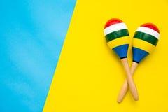 Draufsicht für maracas schöne Farbe auf einem bunten Hintergrund Lizenzfreies Stockfoto