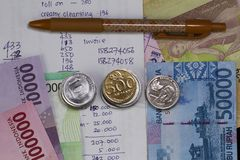 Draufsicht/flache Lage der Ausgabe des Geldes und der Zahlung veranschaulicht mit Münzen, Banknoten und Ausgabenberechnung in der Lizenzfreies Stockfoto