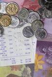 Draufsicht/flache Lage der Ausgabe des Geldes und der Zahlung veranschaulicht mit Münzen, Banknoten und Empfangspapier stockfotos