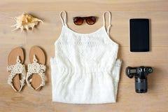 Draufsicht Frau ` s von Kleidung und von Zubehör stockbild