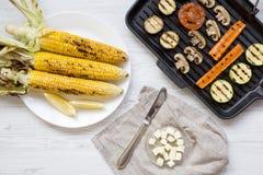 Draufsicht, gegrillte Maiskörner und gegrillt lizenzfreies stockbild