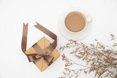 Draufsicht Geschenkbox und ein Tasse Kaffee auf weißem Hintergrund lizenzfreie stockfotos