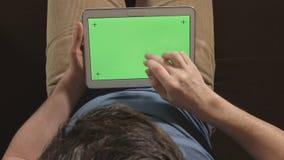 DRAUFSICHT: Junger erwachsener Mann mit einem Tablet-PC-Grünschirm - nahes hohes stock video
