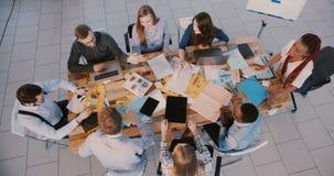 Draufsicht junges schwarzes weibliches führendes Team CEOs des Finanzfirmenmitarbeiters Glücklicher Teamwork-Prozess im moderne stock video