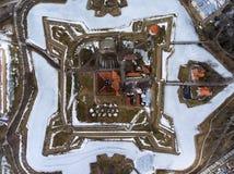 Draufsicht an Kuressaare-Schloss mit Burggraben und Einfassungen Saaremaa-Insel, Estland, Europa lizenzfreie stockfotografie