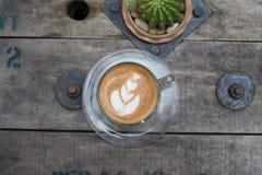 Draufsicht Lattekunstkaffee auf Holztisch Lizenzfreie Stockbilder
