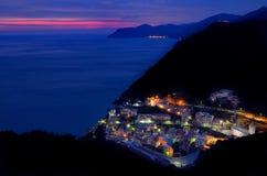 Draufsicht Manarola an unten Nachtansicht mit Stadtlichtern Cinque T lizenzfreie stockfotos