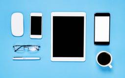 Draufsicht, moderner Arbeitsplatz mit Laptop und Tablette mit dem intelligenten Telefon gesetzt auf einen gelben Pastellhintergru Stockfotografie