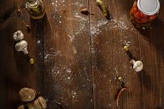 Draufsicht nach der gebackenen Pizza diente auf Holztisch Stockfoto