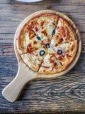 Draufsicht Pizza auf der Platte Stockfotografie