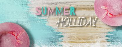 Draufsicht - rosa Weinlesehut, flacher gelegter heller blauer Holztischhintergrund der Farbe für Sommerreise, mit buntem und der  stockfoto