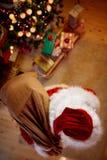 Draufsicht Santa Claus über Weihnachten liefern Geschenke für Kinder lizenzfreie stockfotos