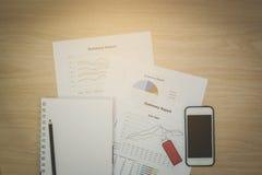 Draufsicht Schreibtische für Geschäft bestanden aus Handys, grellem Dr. Stockfoto