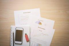 Draufsicht Schreibtische für Geschäft bestanden aus Handys, grellem Dr. Lizenzfreie Stockfotos