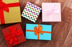 Draufsicht sind Geschenkboxen mit Bändern stockbilder