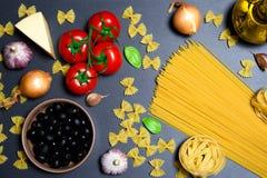 Draufsicht: Teigwaren oder italienische Spaghettis auf schwarzem Steinschieferhintergrund Stockfoto