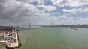 Draufsicht timelapse von 25 De Abril Bridge von Belem-Bezirk in Lissabon stock video