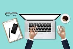 Draufsicht/Unkosten der Geschäftsfrau arbeitend an Personal-Computer lizenzfreie abbildung