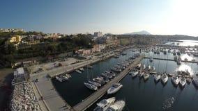 Draufsicht vieler Boote machte bei Marina Grande auf Procida-Insel, Luxushobby fest stock footage