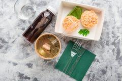 Draufsicht vieler Platten mit Lebensmittel über grauem Hintergrund Stockbild