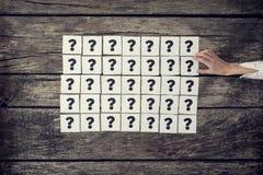 Draufsicht vieler Weißkarten jede Holding ein Fragezeichen gesetzt Stockfoto