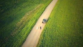 Draufsicht vom Brummen auf dem Auto auf Landschafts-Stra?e stock footage