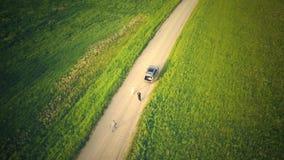 Draufsicht vom Brummen auf dem Auto auf Landschafts-Stra?e stock video