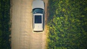 Draufsicht vom Brummen auf dem Auto auf Landschafts-Stra?e stock video footage