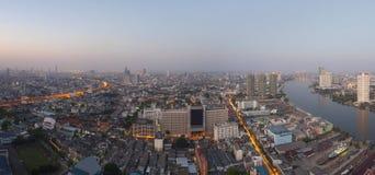 Draufsicht vom hohen Gebäudedach-Morgenlicht von Bangkok-Kopf Stockbild