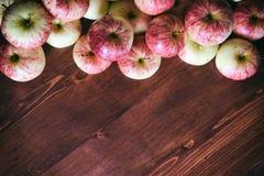 Draufsicht von Äpfeln rudern das Lügen auf Holztisch mit Kopienraum stockfotos