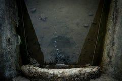 Draufsicht von überschüssigen Wasserströmen herein zum Fluss Lizenzfreies Stockbild