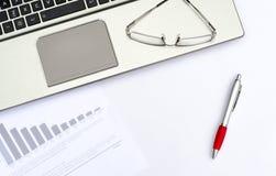 Draufsicht von Arbeitsplatzelementen auf weißer Tabelle Lizenzfreie Stockfotos